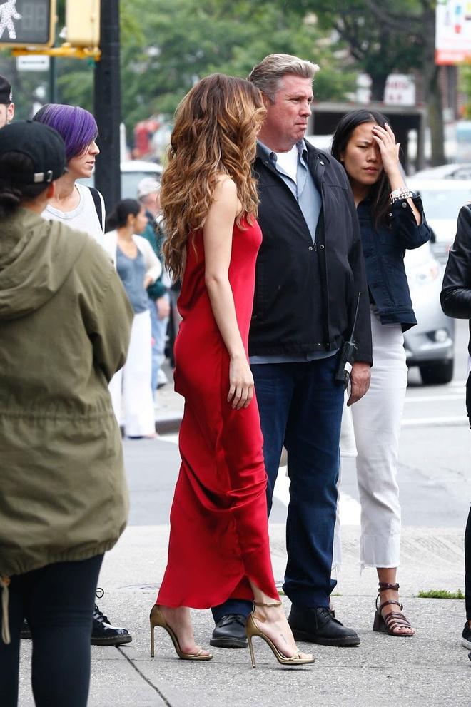 Selena Gomez ruc ro tren pho voi gam do hinh anh 4