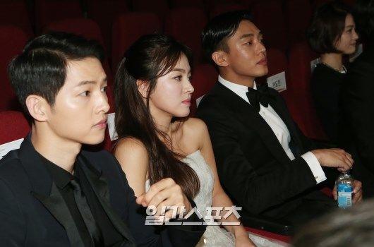 Khoanh khac Song Joong Ki am tham nam tay Hye Kyo gay chu y hinh anh 2