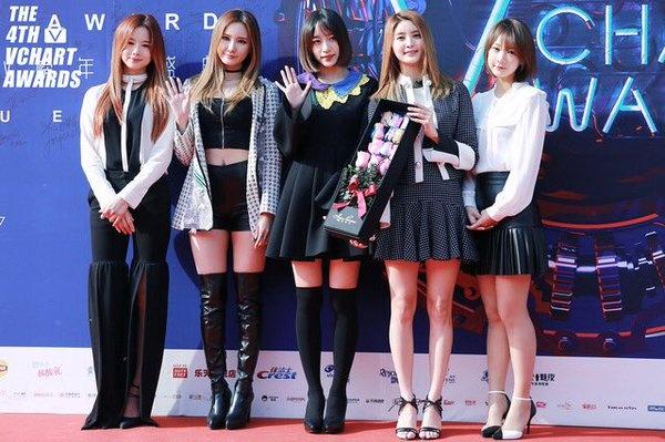Loat sao Kpop pha tro tren tham do concert hoanh trang hinh anh 5