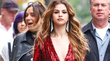 Selena Gomez ruc ro tren pho voi gam do hinh anh