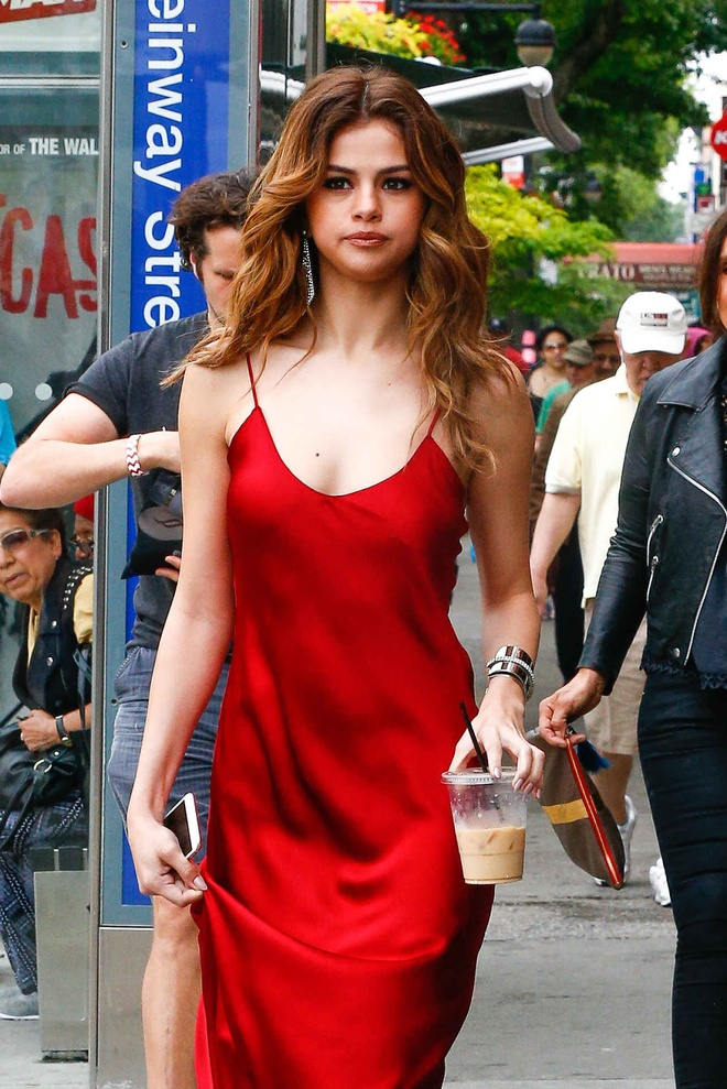 Selena Gomez ruc ro tren pho voi gam do hinh anh 5