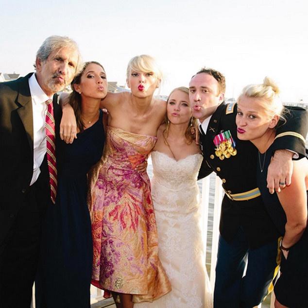 Taylor Swift lo dien o dam cuoi fan sau khi chia tay Calvin hinh anh 2
