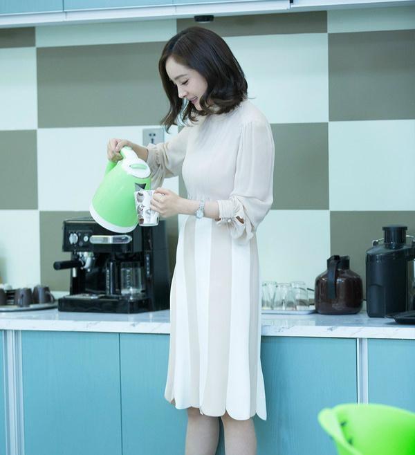 Boc mac thoi trang hang hieu cua Duong Mich trong phim hot hinh anh 13