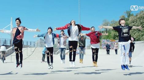 49 thi sinh boy group 'chen chan' trong MV mo man hinh anh