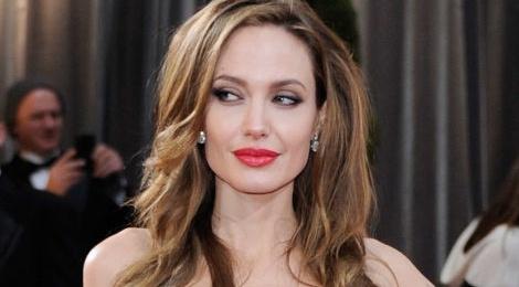 Angelina Jolie xem xet dong phim hinh su hinh anh