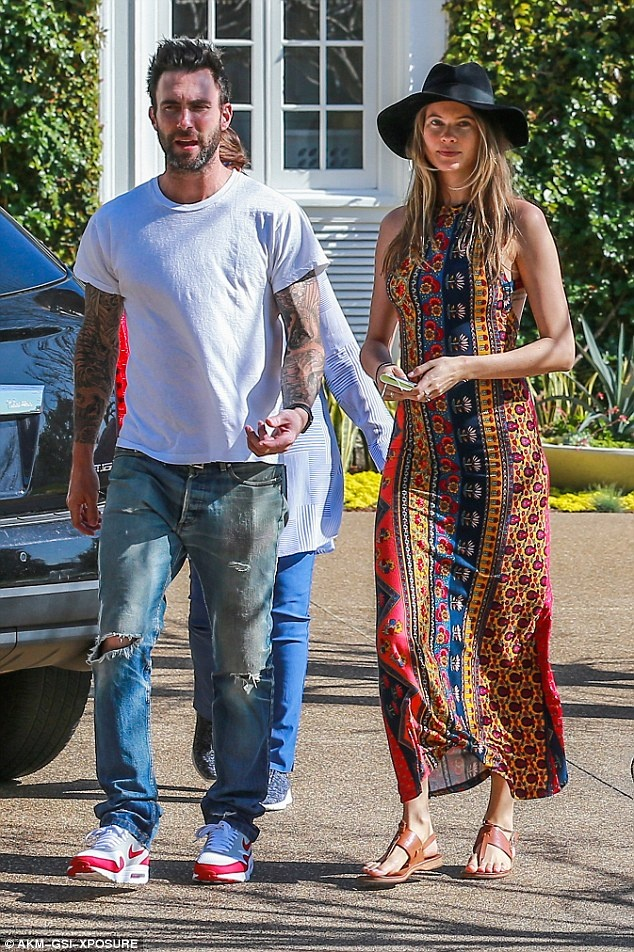 Adam Levine khoe anh vo bau ban nude hinh anh 2