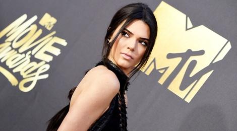 Kendall Jenner phan phao cuu sieu mau che bai hinh anh