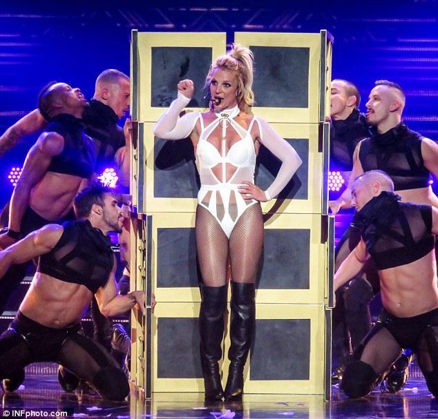 Britney Spears ngay cang thon tha, goi cam tren san khau hinh anh 1