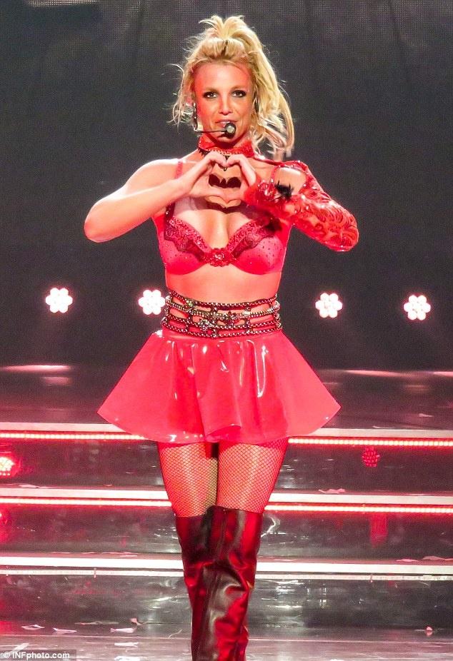 Britney Spears ngay cang thon tha, goi cam tren san khau hinh anh 4