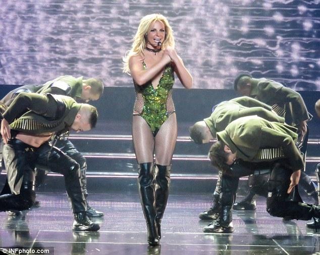 Britney Spears ngay cang thon tha, goi cam tren san khau hinh anh 5