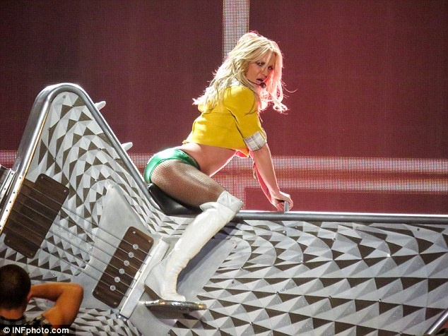 Britney Spears ngay cang thon tha, goi cam tren san khau hinh anh 6