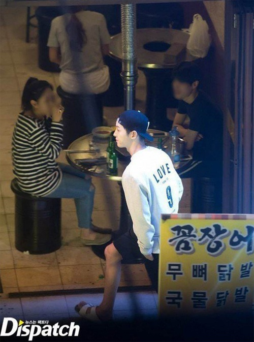 Song Joong Ki bi don di bar cung dien vien dinh an hiep dam hinh anh 3