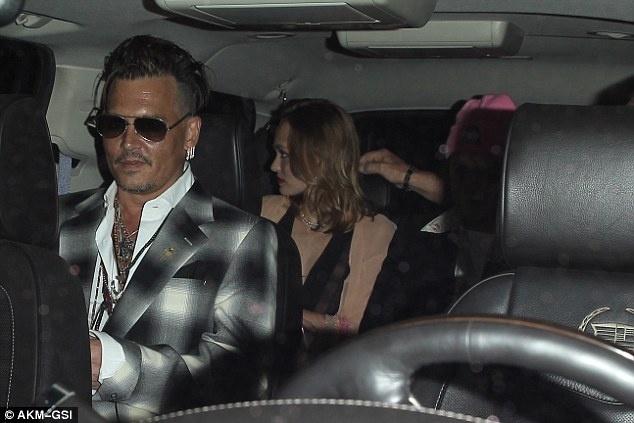 Johnny Depp xuat hien tieu tuy giua on ao ly hon hinh anh 2