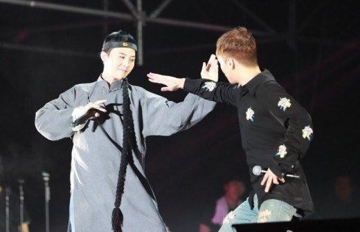 G-Dragon va Seungri dau vo thuat tren san khau hinh anh 1