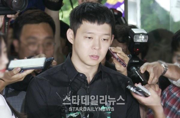 Park Yoochun bi to bam theo vu cong thoat y o nha ve sinh hinh anh