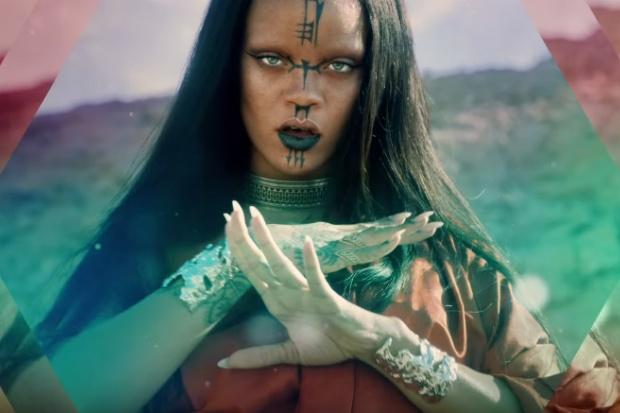 Rihanna hoa di nhan, Fergie ho bao trong MV moi hinh anh