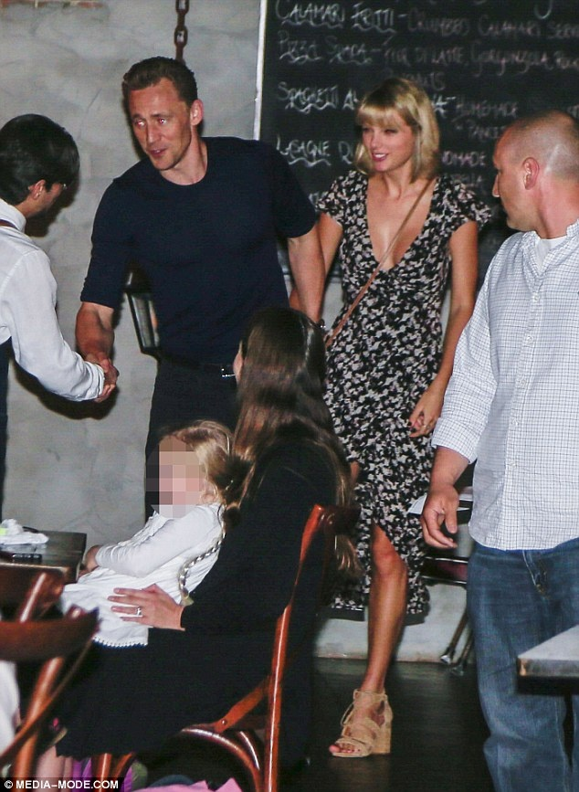 Taylor Swift mac mat me khi hen ho 'Loki' hinh anh 2