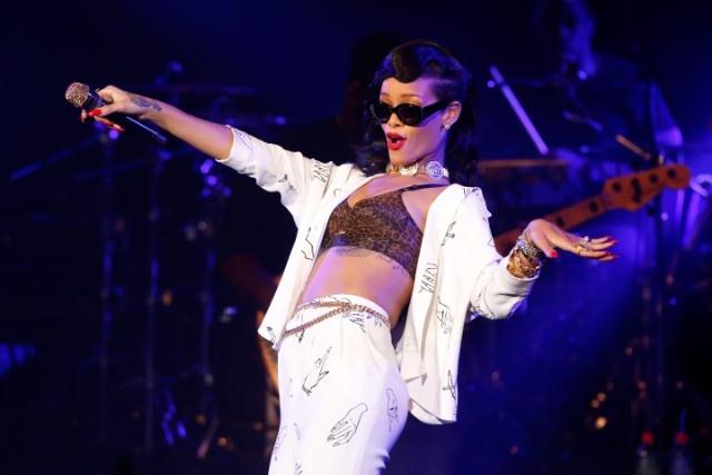 Rihanna phan ung hai huoc khi fan nem noi y len san khau hinh anh 2