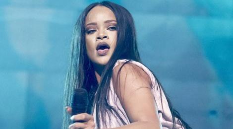 Rihanna phan ung hai huoc khi fan nem noi y len san khau hinh anh