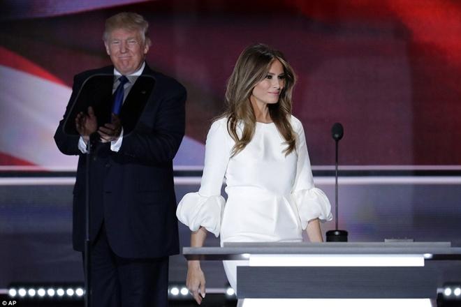 Vo Donald Trump dien vay dat tien phat bieu tai su kien hinh anh 4