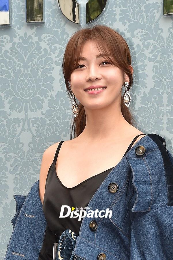 Ha Ji Won meo mat vi su co voi chiec hoa tai hinh anh 2