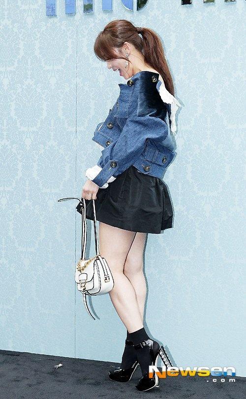 Ha Ji Won meo mat vi su co voi chiec hoa tai hinh anh 3