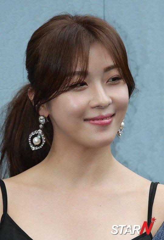Ha Ji Won meo mat vi su co voi chiec hoa tai hinh anh 6