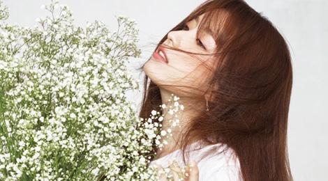 Kieu nu co trang xu Han do sac voi hoa hinh anh