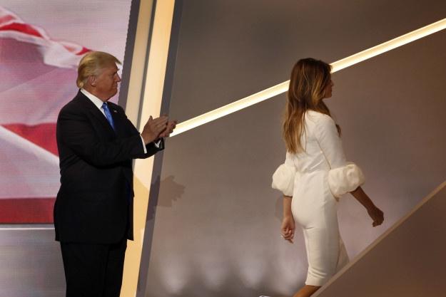 Vo Donald Trump bi to hoc dot va khong co bang dai hoc anh 2