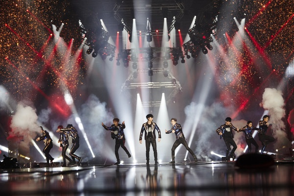 Cu gia U70 di xem concert cua EXO hinh anh 1
