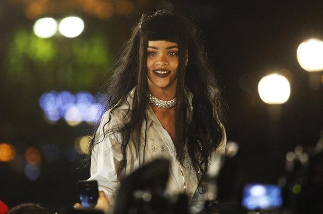 Rihanna dung canh lao vao nguoi ham mo de lam MV moi hinh anh 1