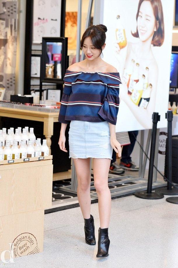 Kieu nu Han xau – dep khi phoi chan vay jeans ngan hinh anh 1