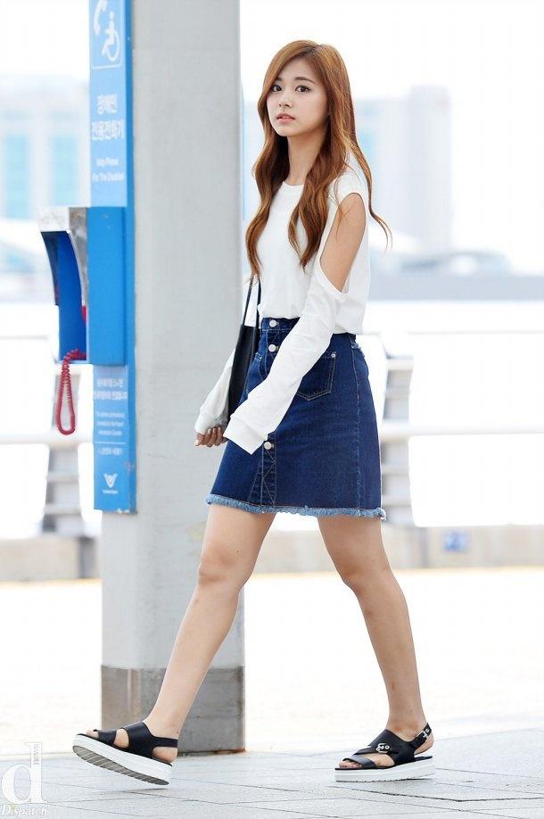 Kieu nu Han xau – dep khi phoi chan vay jeans ngan hinh anh 2