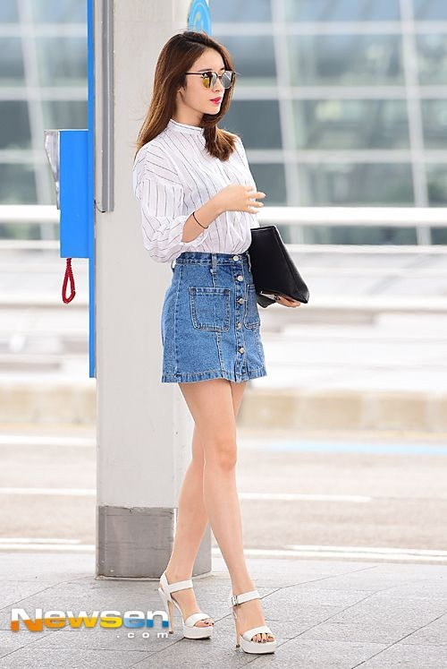 Kieu nu Han xau – dep khi phoi chan vay jeans ngan hinh anh 8