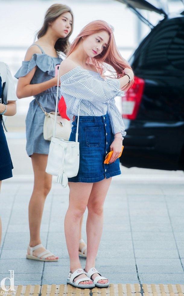 Kieu nu Han xau – dep khi phoi chan vay jeans ngan hinh anh 9