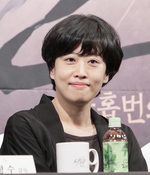 Hien thuc va truyen tranh lan lon trong phim an khach 'W' anh 3