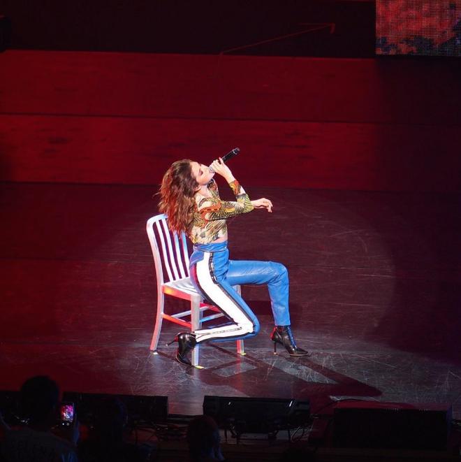 Dang cap thoi trang cua Selena Gomez trong tour 'Revival' hinh anh 7