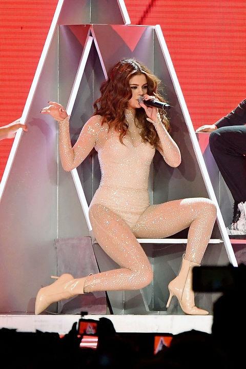Dang cap thoi trang cua Selena Gomez trong tour 'Revival' hinh anh 1
