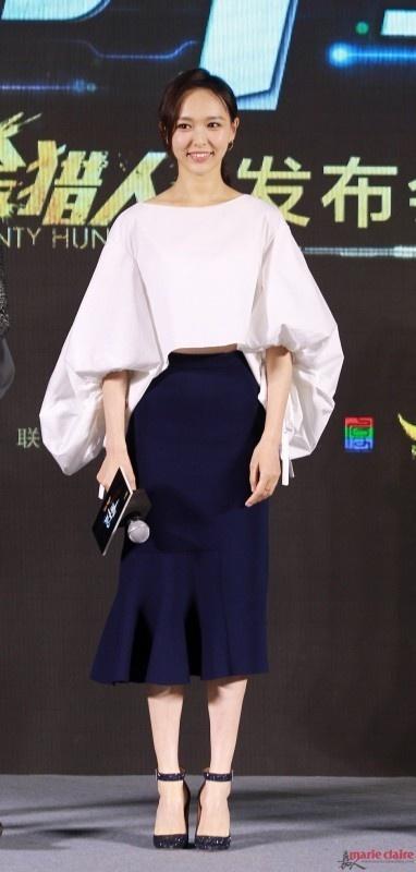 My nhan Hoa ngu xau – dep voi mot tay ao chuong hinh anh 2