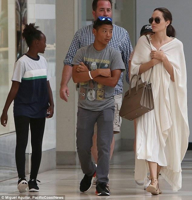 Pax Thien chung chac khi xuat hien cung Angelina Jolie hinh anh 1