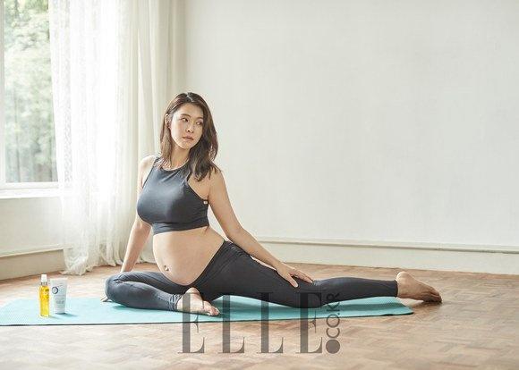 Kieu nu Kpop vac bung bau 7 thang tap yoga hinh anh 4