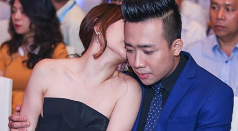 Tran Thanh vo tu hon Hari Won trong quan an hinh anh