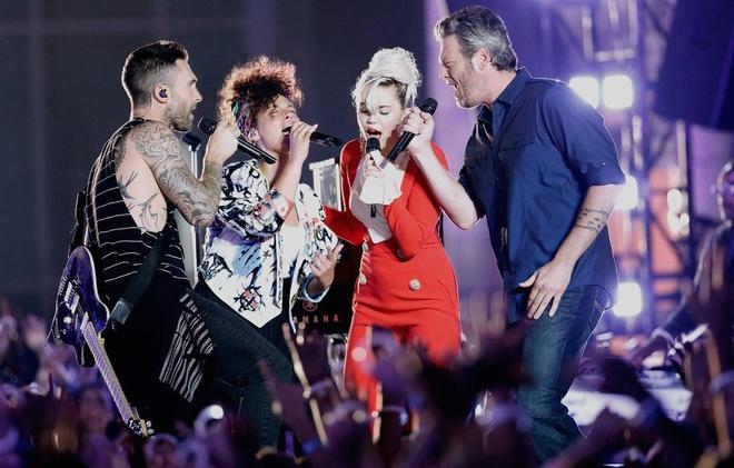Adam Levine, Miley Cyrus mau lua hat rock tren san khau hinh anh