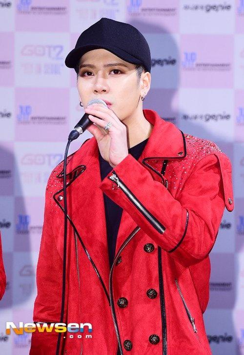 Jackson (GOT7) gap tai nan giao thong vi fan cuong hinh anh 1
