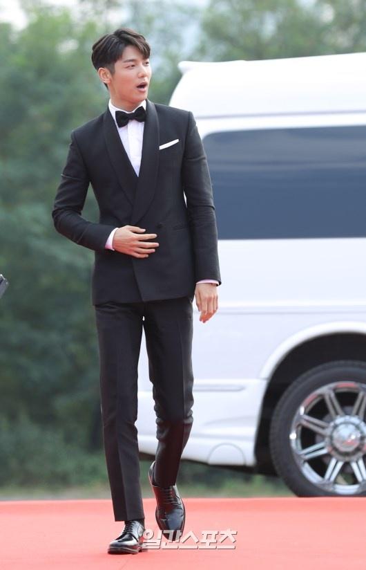 Song Joong Ki banh bao tren tham do hinh anh 10