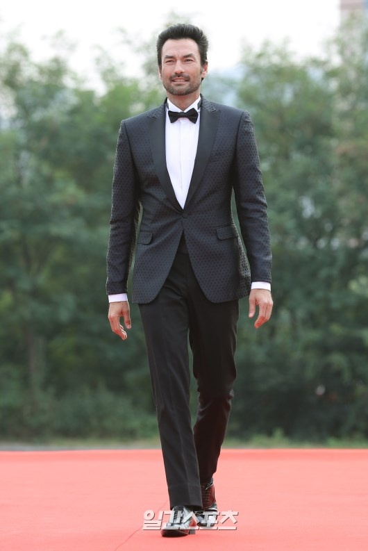 Song Joong Ki banh bao tren tham do hinh anh 11