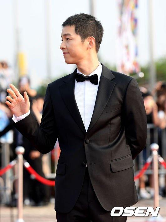 Song Joong Ki banh bao tren tham do hinh anh 2