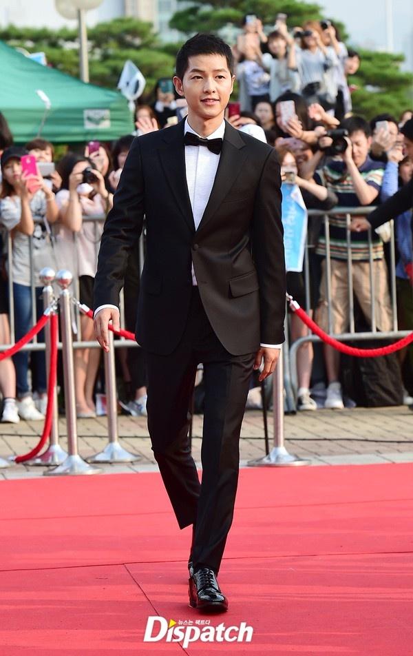Song Joong Ki banh bao tren tham do hinh anh 1