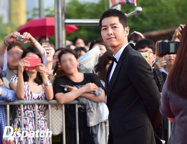 Song Joong Ki banh bao tren tham do hinh anh 3