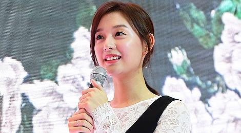 'Trung uy' Kim Ji Won xinh xan du chan kem thon hinh anh